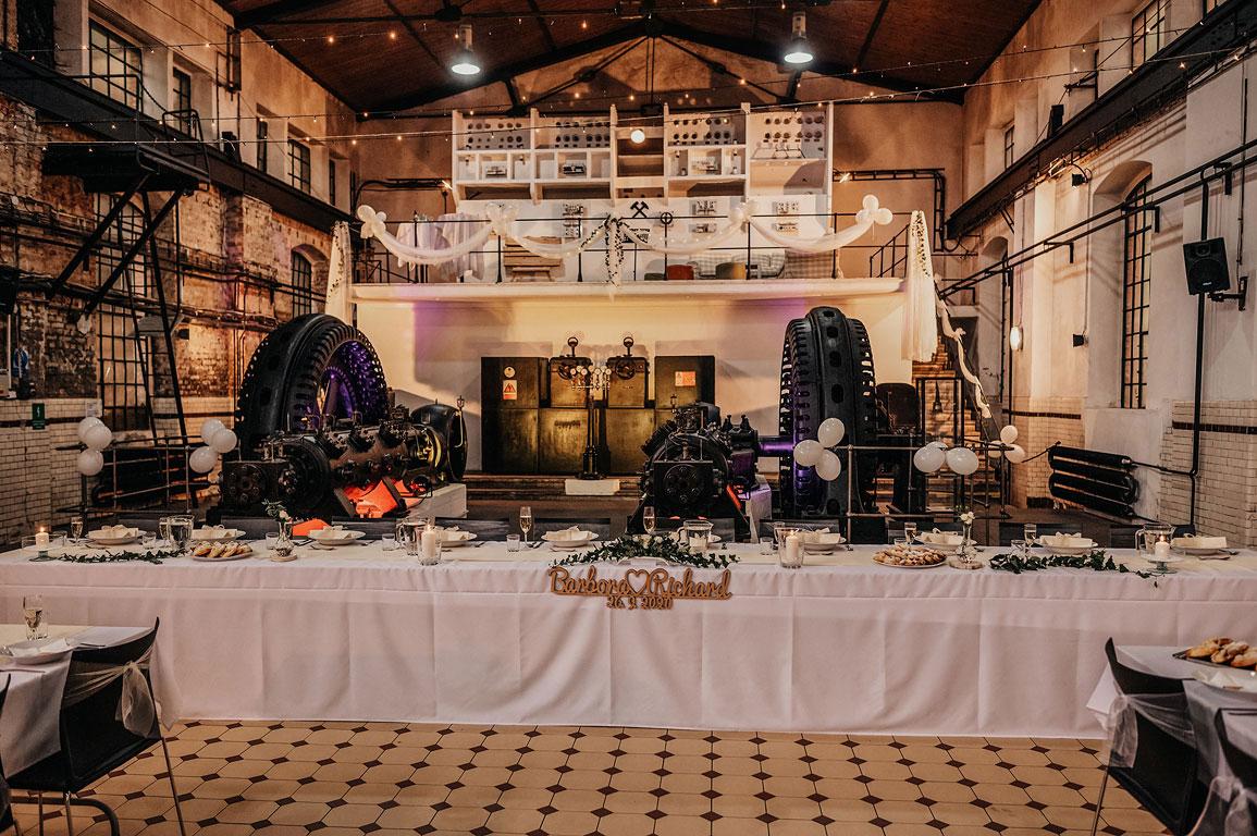 Prostřené stoly připravené na svatební hostinu u vchodu do šachty na Landeku