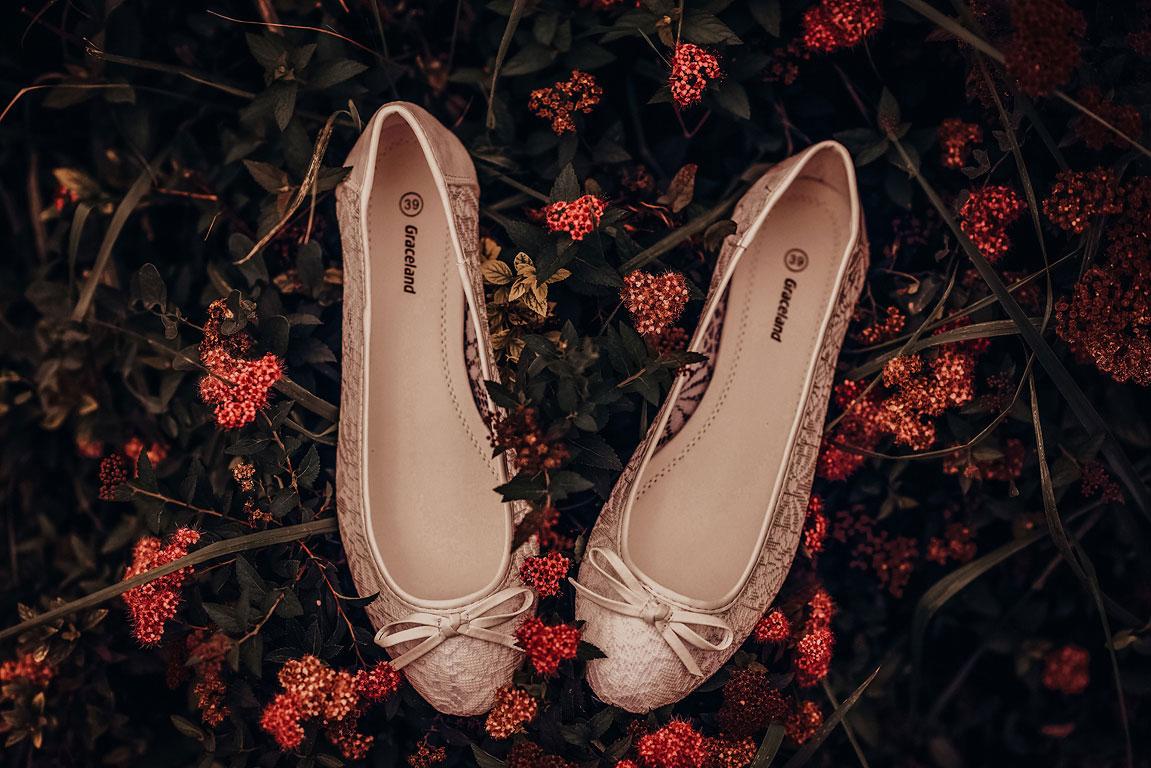 Naaranžované svatební boty nevěsty v květinách