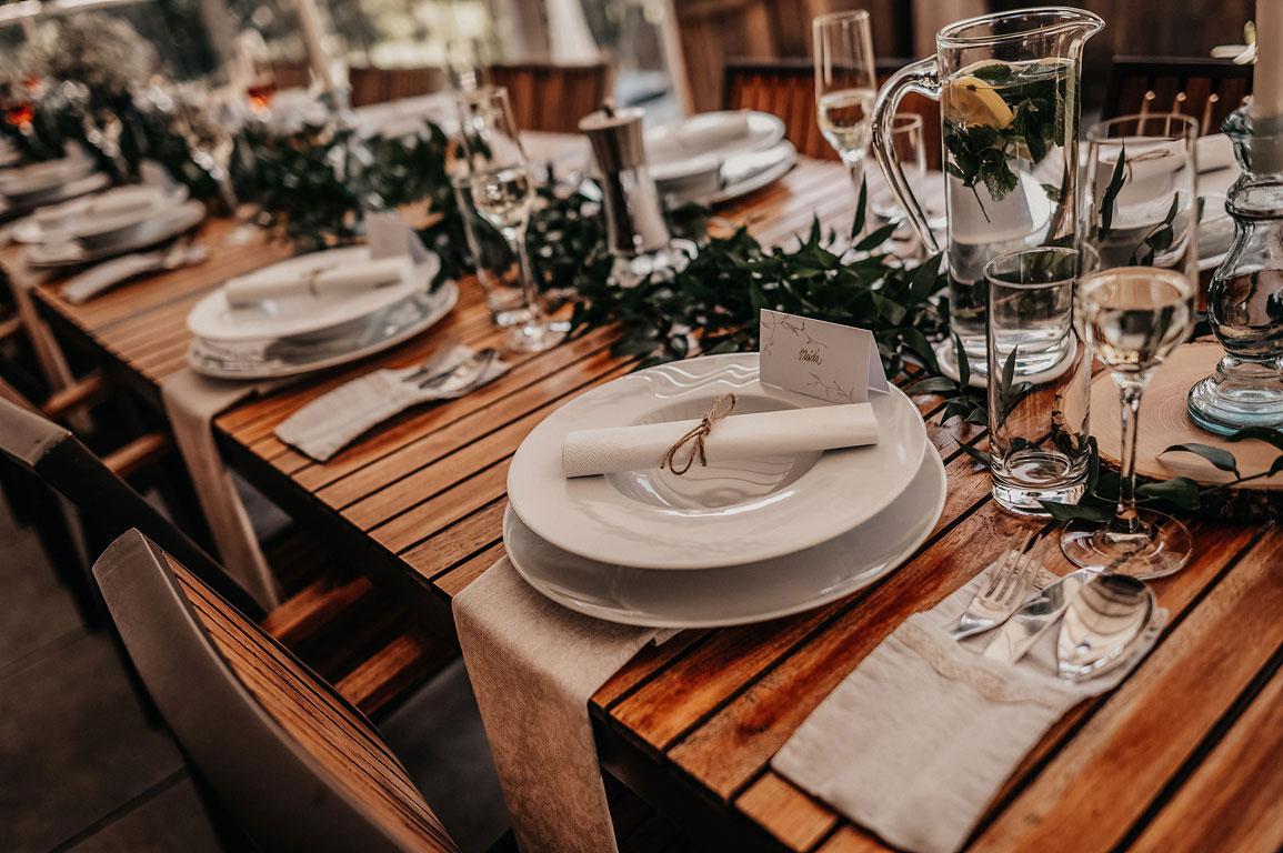 Pohled na svatební stůl s prostřenými talíři
