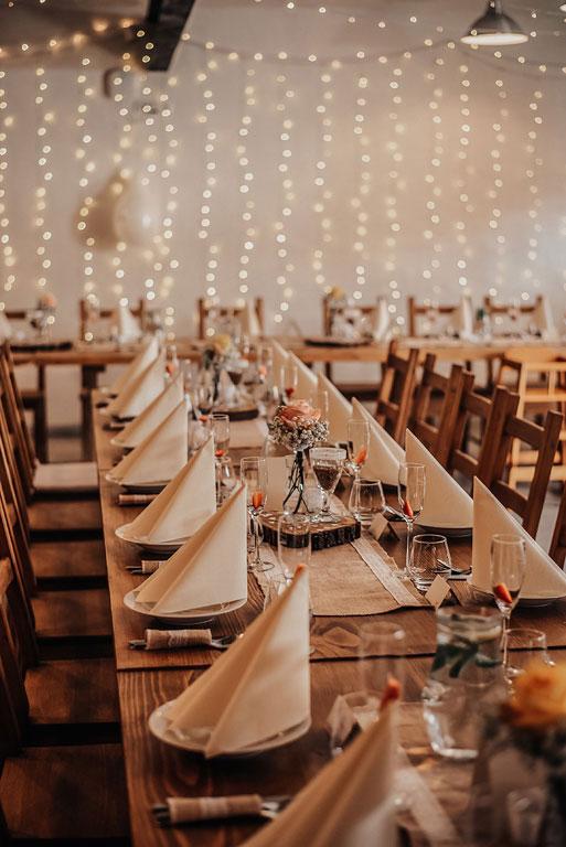 Pohled na prostřenou svatební tabuli