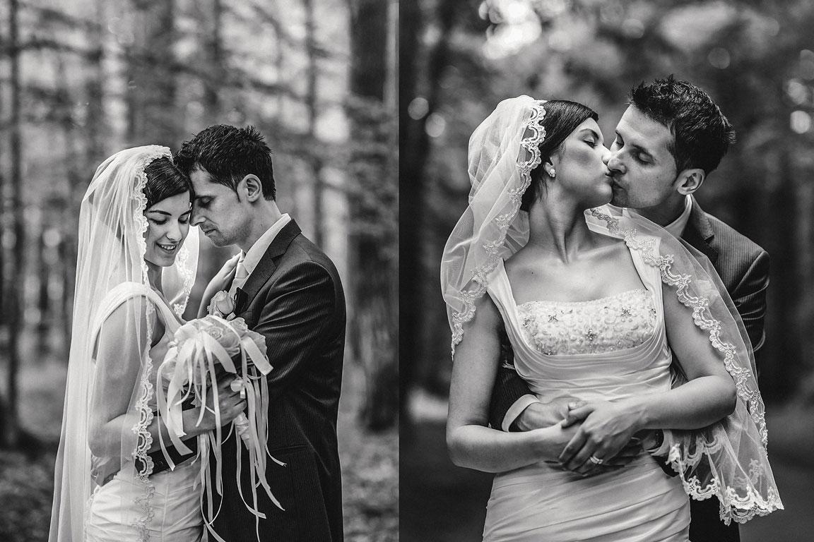 Černobílá fotografie objímajícího se ženicha a nevěsty