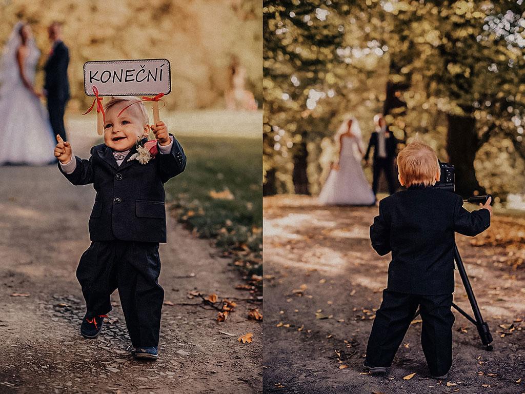 Malý kluk v obleku fotí své rodiče ženicha a nevěstu