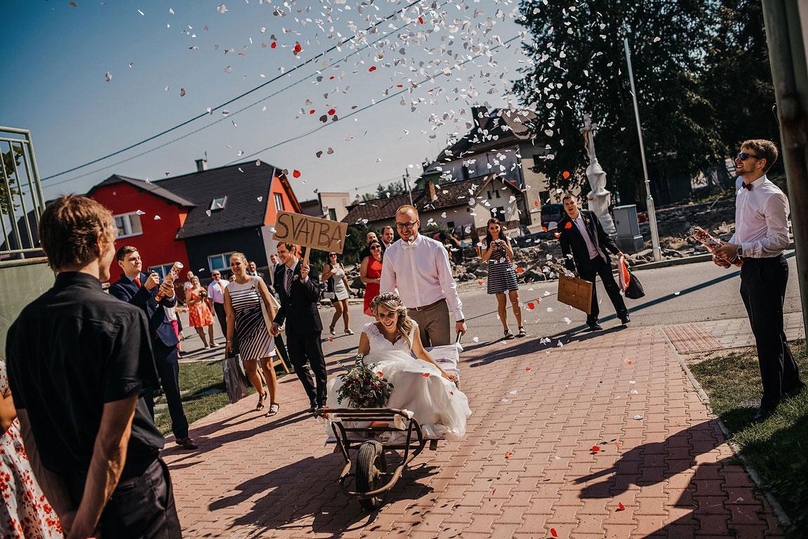 ženich přiváží nevěstu na starém trakaři na místo hostiny ve Slezském Gruntě