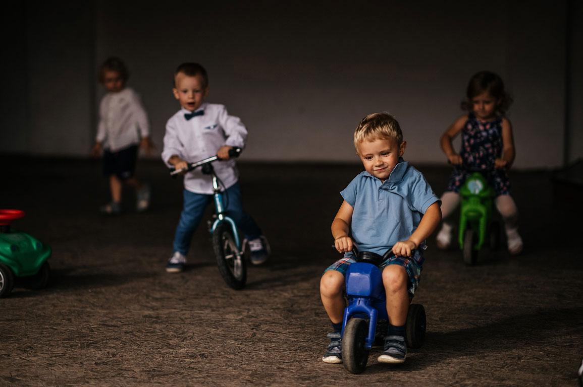 Děti jezdí na koloběžkách a odrážedlech na svatbě
