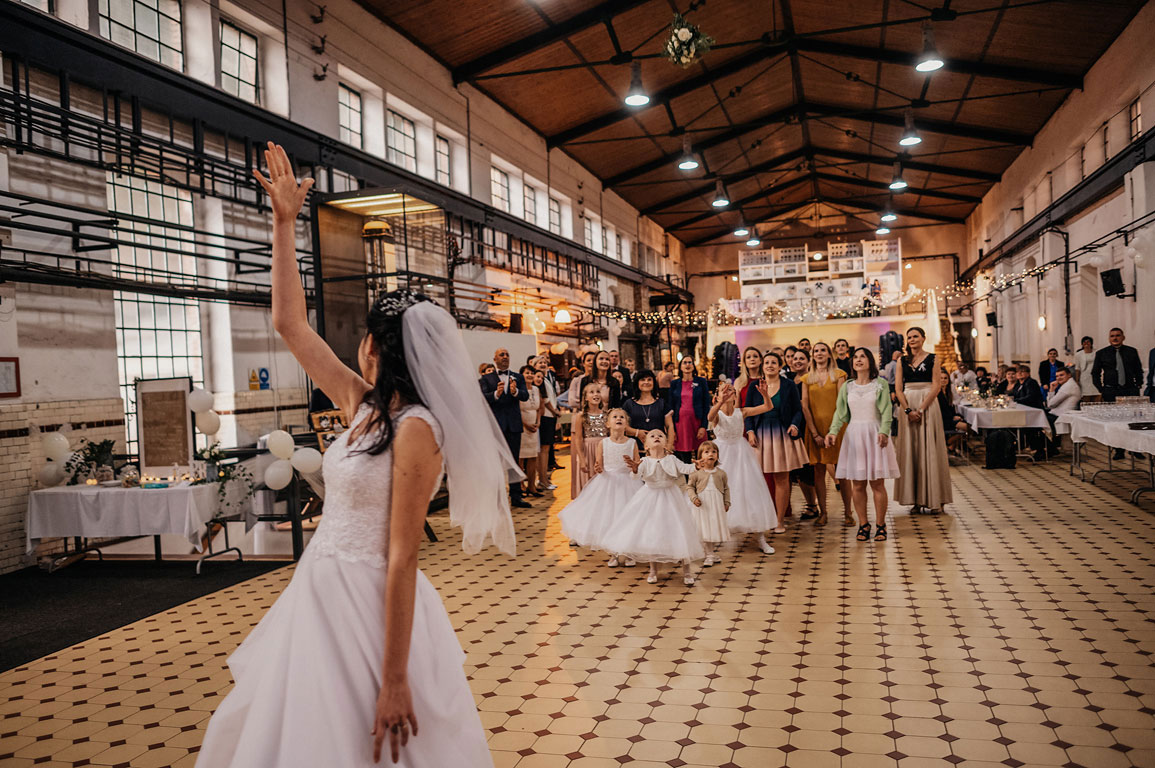 Nevěsta ve strojovně na Landeku hází za sebe svatební kytici, kterou chytají neprovdané ženy
